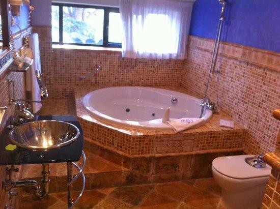 Abba Palacio de Sonanes: baño con jacuzzi (suite)