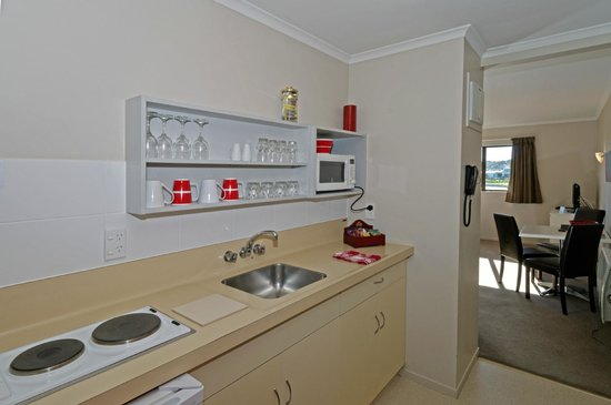 Airport Harbour View Motel : Queen and Single Studio Kitchen