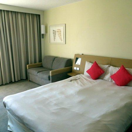 Novotel Southampton: Bed, sofa