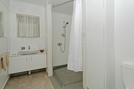 Airport Harbour View Motel: Wheelchair Friendly Bathroom