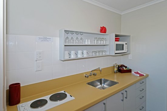 Airport Harbour View Motel: Studio Kitchen