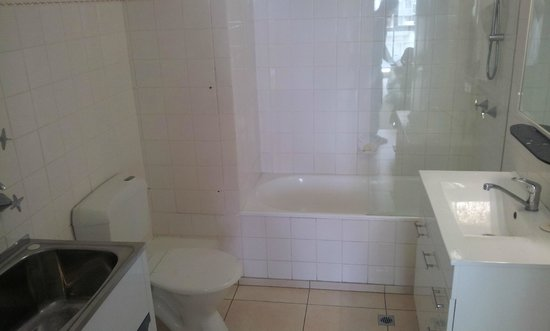 Seacrest Apartments : Main bathroom