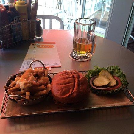 Harper's Burger Bar : Burger and poutine