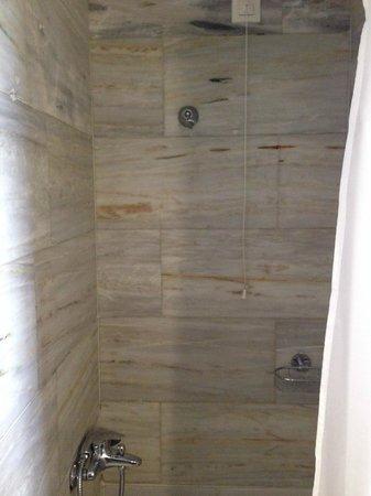 Palazzo Rimondi: Broken shower room 301