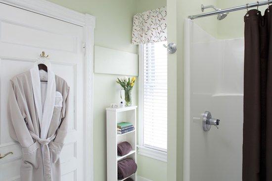 Brewster House Bed & Breakfast: Care Elizabeth bath