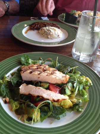 Applebee's Neighborhood Grill & Bar: Delicious salad with chili lime dressing