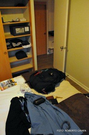 Apart Hotel Providencia: Parte do quarto de casal com a cama king e armários (com cofre)