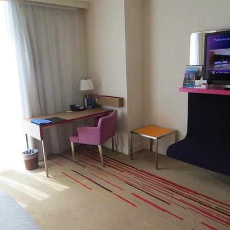 Radisson Blu Hotel, Bristol: Standard room desk area