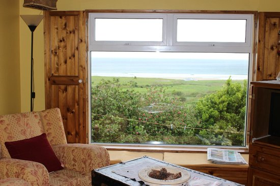 The Shores Country House : View to the ocean from cottage living room