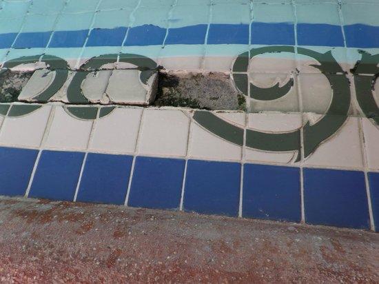 Sandals Royal Caribbean Resort and Private Island : Nasty black mould at main pool