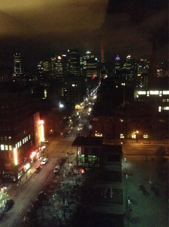 Hotel Gouverneur Place Dupuis Montreal : Night view from our room