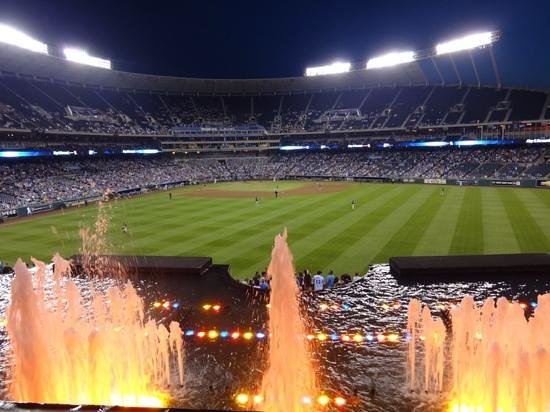 Kauffman Stadium : view by the falls