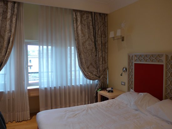 FH Grand Hotel Palatino: Bed and window