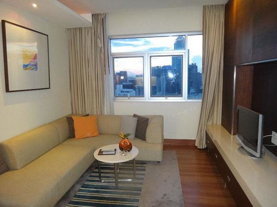 Grand Sukhumvit Hotel Bangkok: 広いリビングルーム