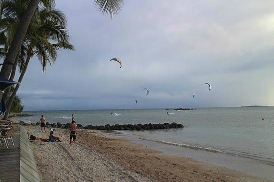 Le Meridien Noumea : プライベートビーチ横ではカイトサーフィン