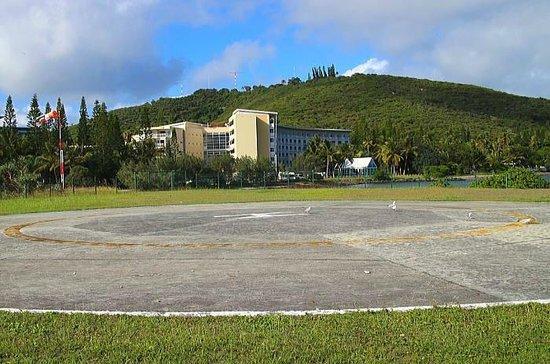 Le Meridien Noumea : ヘリポートからホテルとウオントロの丘を見る