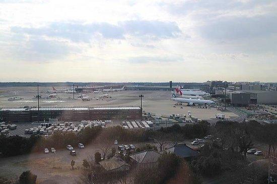 Toyoko Inn Narita Airport: 最上階のエレベーターホールから見える空港