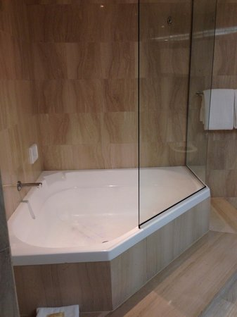 Sheraton Grand Mirage Resort, Gold Coast: Corner bath