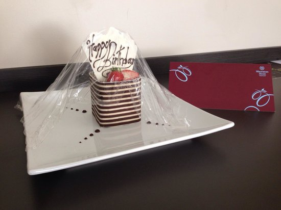 Sheraton Grand Mirage Resort, Gold Coast: Birthday cake with a card from the manager :)