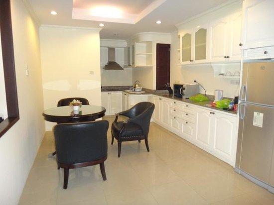 LK Royal Suite: 広すぎるキッチン