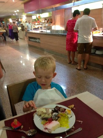 Family Life Avenida Suites: Buffet