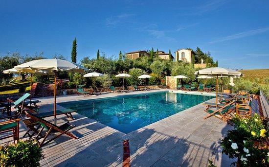 Tenuta delle Rose : Weitläufige Gartenanlage mit großem Pool