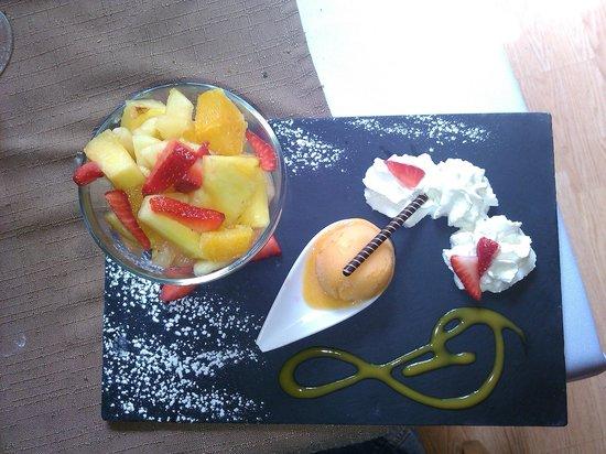 Le Charmant: Salade de fruits frais avec sorbet fruits exotiques