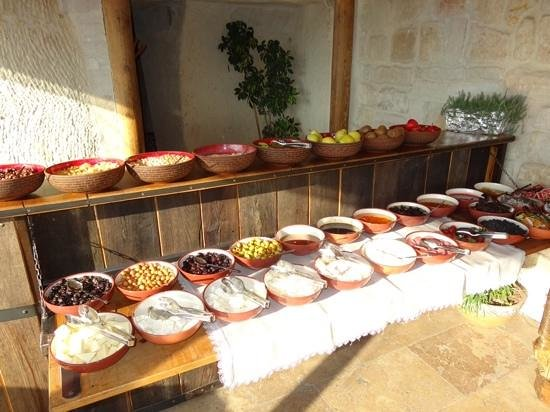 Mithra Cave Hotel: breakfast spread