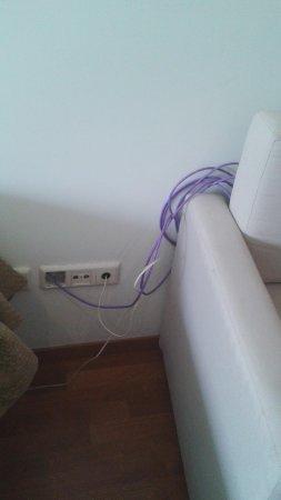 Apartamentos ATH Domocenter: Los cables por medio de la habitación.
