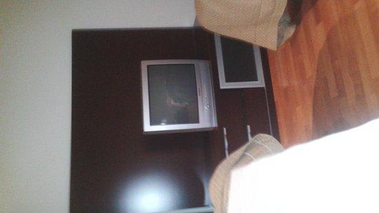 Apartamentos ATH Domocenter: Decoración intento moderno pero con este televisor... no ganan nada.