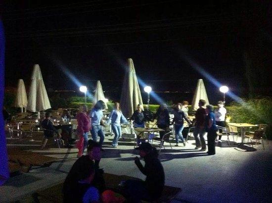 Golden Beach Hotel: Turkish dancing by main bar
