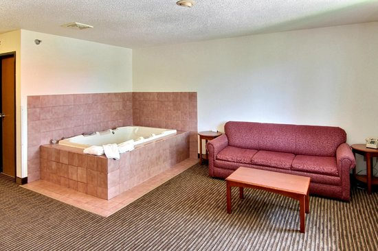 Days Inn & Suites Traverse City: Deluxe Jacuzzi Room