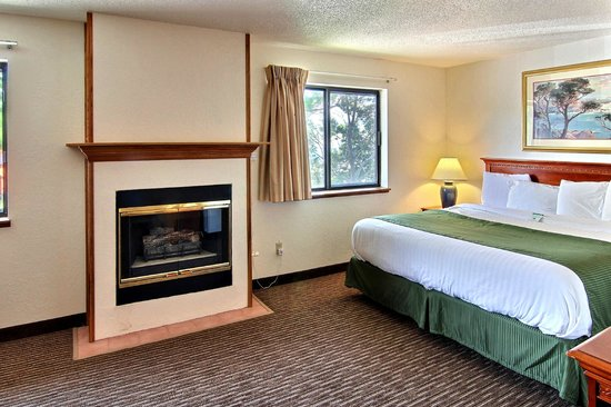 Days Inn & Suites Traverse City : Single King Deluxe Suite