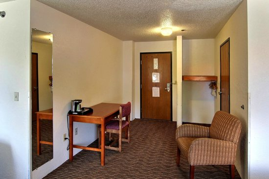 Days Inn & Suites Traverse City : Handicapped Queen Room