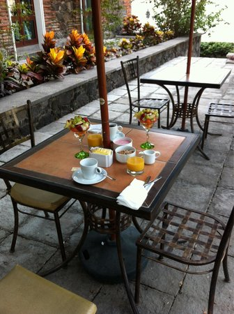 Hotel Boutique Hacienda del Gobernador: Breakfast on the patio