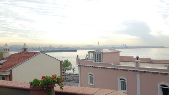 Armada Istanbul Old City Hotel: View of the Bosphorus from the Armada rooftop dining area