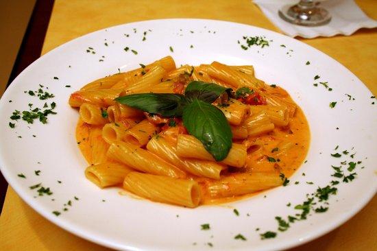 Amalfis Restaurant and Bar : Our delicious Vodka Rigatoni