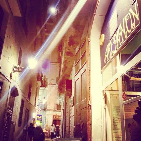 Arepamundi: Calle N 'agla con escudellers en barrio gotico de Barcelona