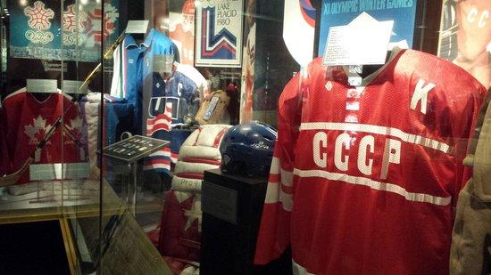 Hockey Hall of Fame: Camisas da antiga seleção soviética e de times locais.