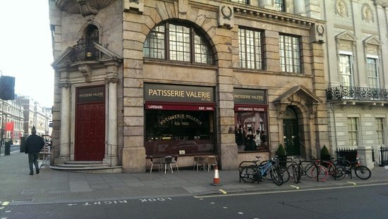 Patisserie Valerie - Piccadilly: Patisserie Valerie Piccadilly minutes before opening at 7AM!!
