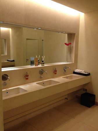 Verdura Resort: Clean public toilets