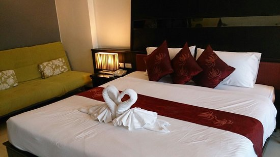 Ananta Burin Resort: Room deco..deluxe room with pool access.