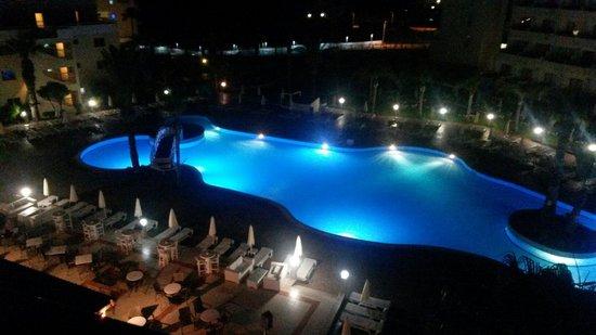 Tsokkos Beach Hotel: Ночной бассейн