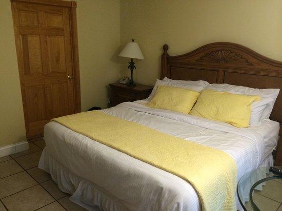 Aqua Beach Resort : King size bed in BIMINI room
