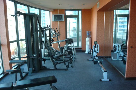 Executive Hotel Vintage Park: Gym adjacent to hot tub