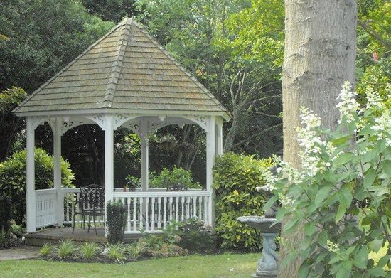 1882 Colonial Manor Inn : Have a glass of wine or early moring coffee in the garden gazebo.