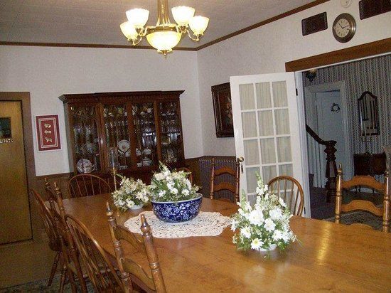 1882 Colonial Manor Inn : The dining room.