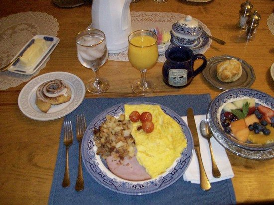 1882 Colonial Manor Inn: Full hot breakfasts