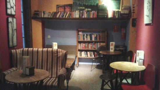 Cafe Con Libros: Interior. Justo al fondo del pasillo