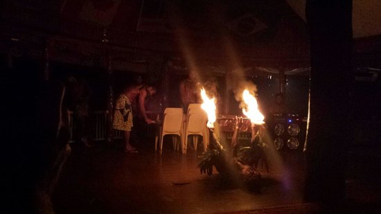 Taufua Beach Fales: Fire twirling at Fia Fia night